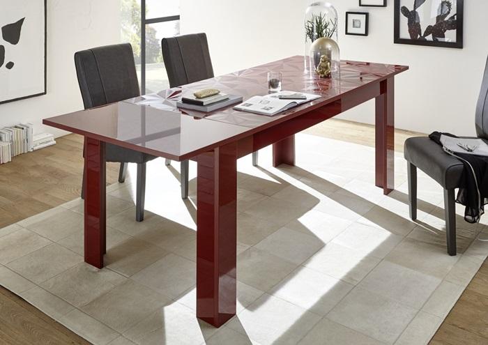 Kawalerka a stół w salonie
