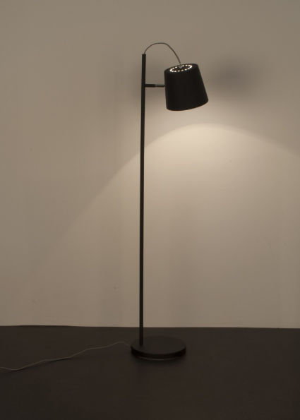 Z jakich materiałów produkowane są lampy stojące?